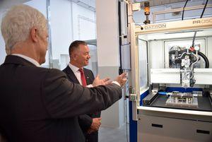 Die Produktionsanlage für Dosiertechnik nimmt am Eröffnungstag ihren Betrieb auf.